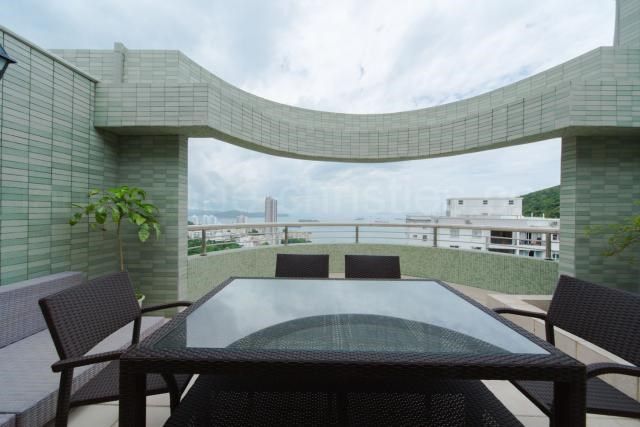 <strong>4 Bedrooms, 3,285 Sq Ft.</strong><br/>Rare find duplex apartment with 4 bedrooms and 4 bathrooms, with balcony and private roof terrace offering unobstructed sea views.