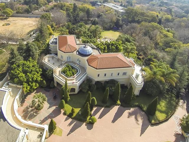 <strong>4 Bedrooms, 21,527 Sq Ft.</strong><br/>Distinguished by its beautifully scaled and intricately detailed formal rooms, this light-filled home offers peace and privacy on 8565m2 of park-like garden complete with designer rim flow pool, floodlit tennis court and koi ponds.