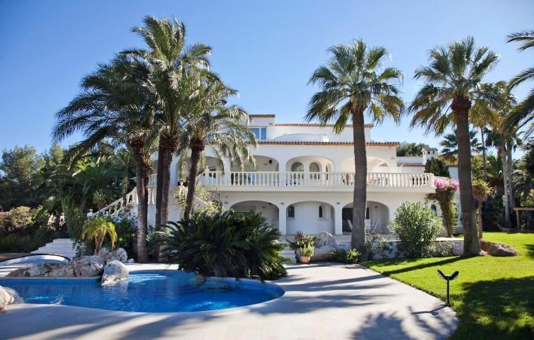 <strong>7 Bedrooms, 10,677.89 Sq Ft.</strong><br/>Luxuriously-appointed villa for sale with breathtaking panoramic views of the Mediterranean Sea and the little island of Portichol, located in the sought after area of Portichol in Jávea, Alicante just a few minutes from La Barraca beach.