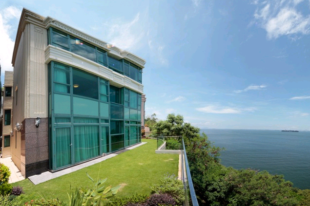 <b>5 Bedrooms, 6,758 Sq. Ft.</b><br/>This waterfront hugh garden townhouse with clubhouse facilities enjoys a peaceful sea view.