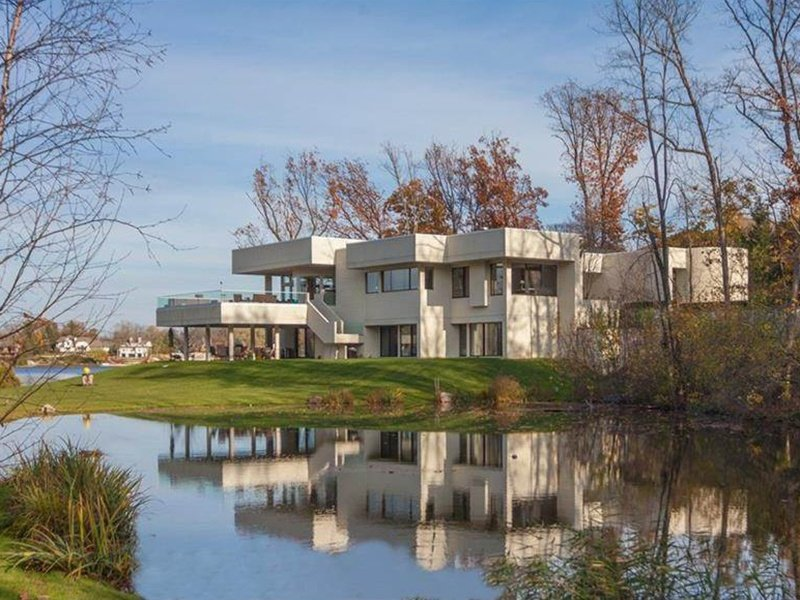 1390 Kirkway Road, designed by architect Irving Tobocman in 2005, has four bedrooms, five bathrooms, and ample views of Lower Long Lake. Photograph: Hall & Hunter Realtors. Banner image: This modernist home on Lake Geneva has unparalleled lake views. Photograph: SPG Finest