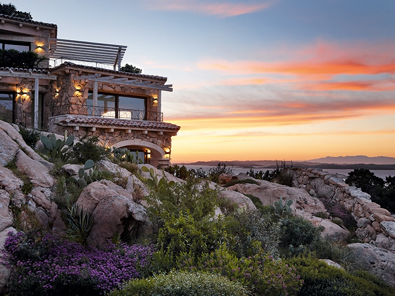 Crafted to work in harmony with their surroundings, the residences feature local stone and lush plantings, mirroring the nearby rock formations.