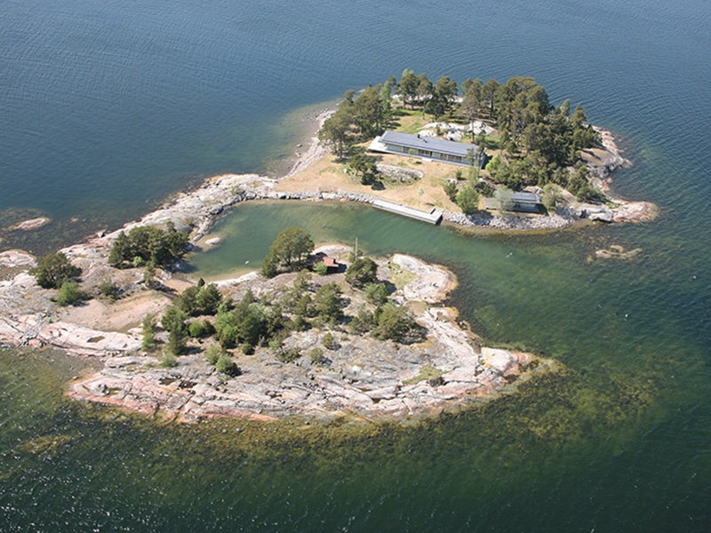 Grötskär, off the mainland near Dalarö, is close to the islands of Ornö, Muskö, and Utö.