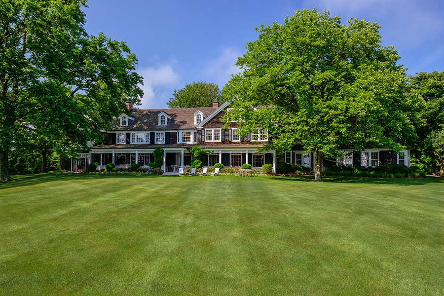 With its subtly weathered shingles and bright white trim, Briar Patch retains its historic East Hampton charm following a thoughtful and meticulous renovation by architect Peter Marino.