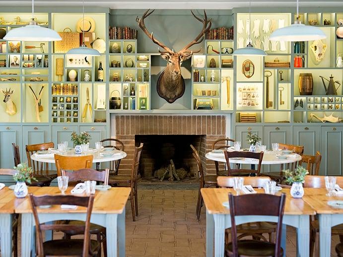 A rústica sala de jantar em São Lourenço do Barrocal presta homenagem à herança agrícola do edifício, enquanto os quartos caiados de branco aproveitam ao máximo os tetos abobadados originais para uma sensação de luz e espaço.