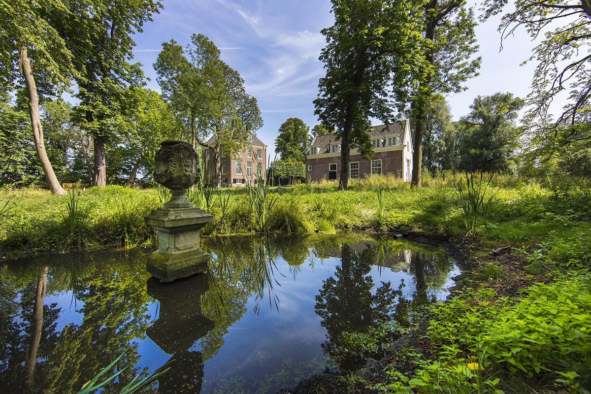 This grade I listed manor house has an enchanting setting on the Amstel River with a private river mooring.