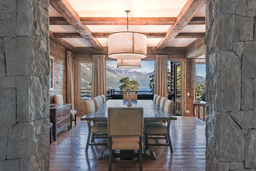Surrounded by a cypress and coihue forest on the shores of mountain lake, this residence crafted from native wood and stone is perfectly integrated into its spectacular natural environment in northern Patagonia.