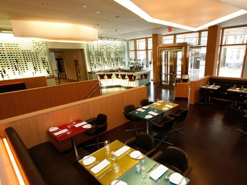 Projetado por Frank Gehry, o premiado restaurante FRANK Gallery da Art Gallery of Toronto apresenta móveis dinamarqueses modernos e uma instalação do pintor e escultor contemporâneo Frank Stella.
