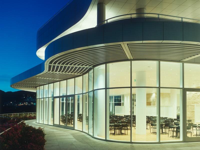 O restaurante / café do Getty Center, em Los Angeles, abriga um café mais casual em seu nível mais baixo, assim como o elegante restaurante.  Foto: © 2002 J. Paul Getty Trust