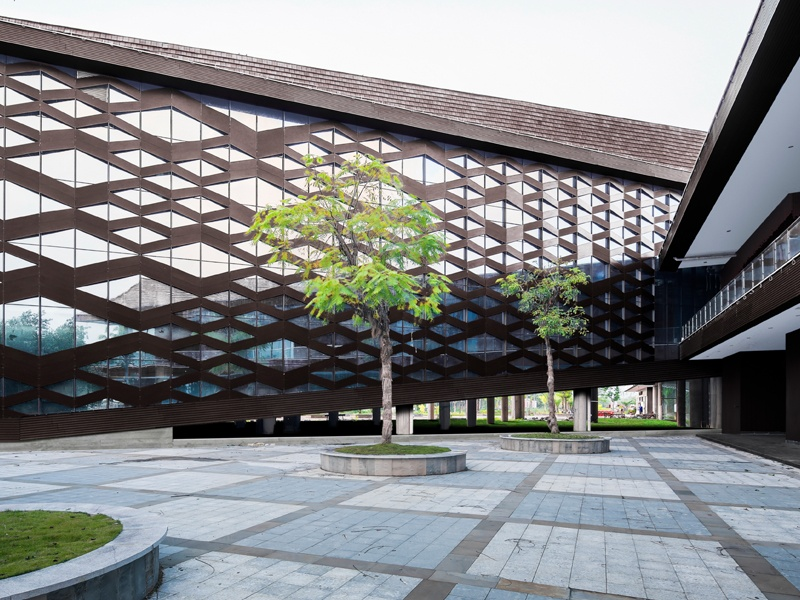 At the Xinglong Visitor Center, Atelier Alter drew on the style and craftsmanship of fishing lodges to reflect the coastal heritage of the town.