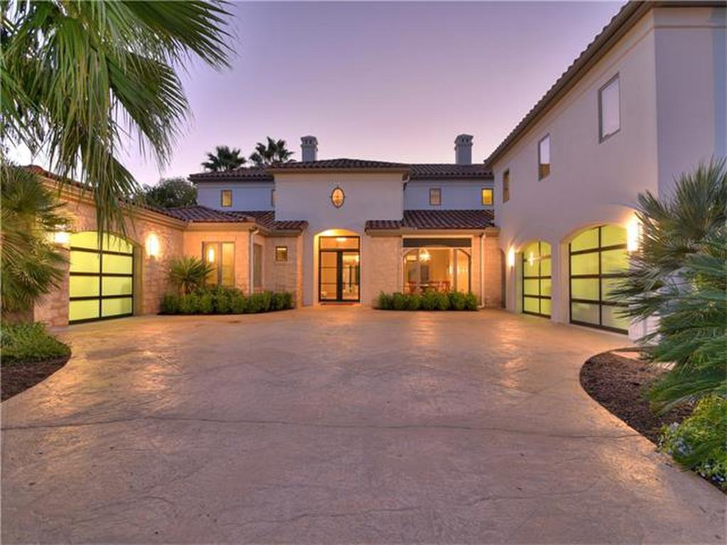<b>5 Bedrooms, 6,177 sq. ft.</b><br/>Lake Austin waterfront home in a gated neighborhood