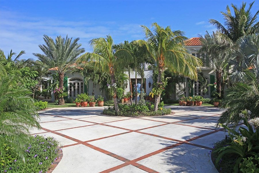 Cascarilla House on Paradise Island embodies tropical elegance at its most refined. It has five bedrooms, as well as a swimming pool and a pristine beach just footsteps from the main residence.