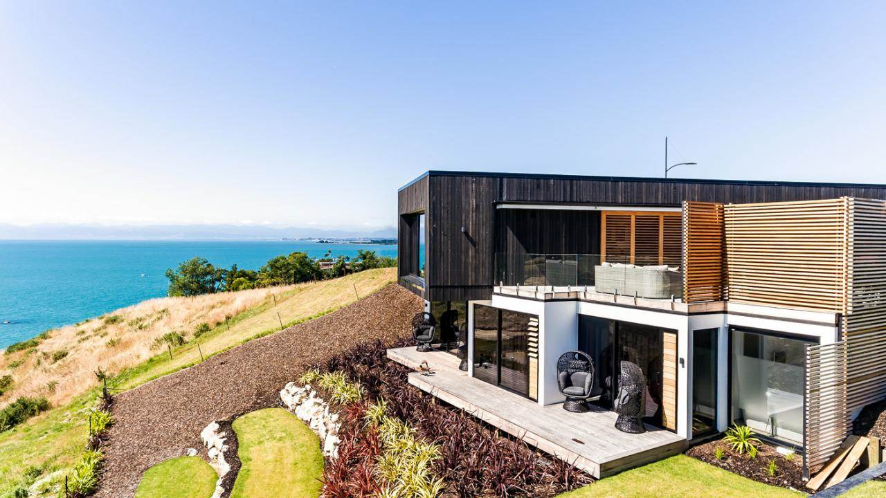 <b>New Zealand</b><br/><i>3 Bedrooms, 2,518.76 sq. ft.</i><br/>Contemporary coastal home with bay views