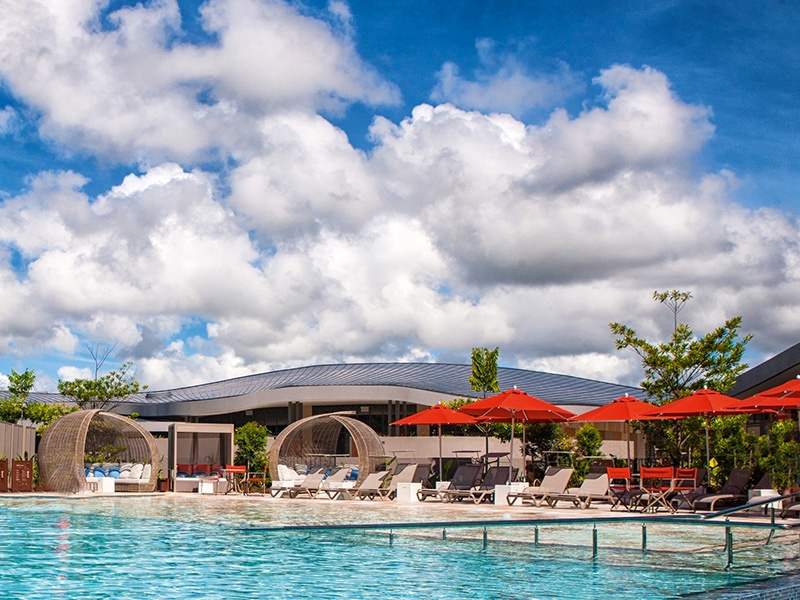 As the long, sunny days stretch out, while away the hours reclining on a daybed or hanging lounge around the spectacular Elements of Byron lagoon pool.