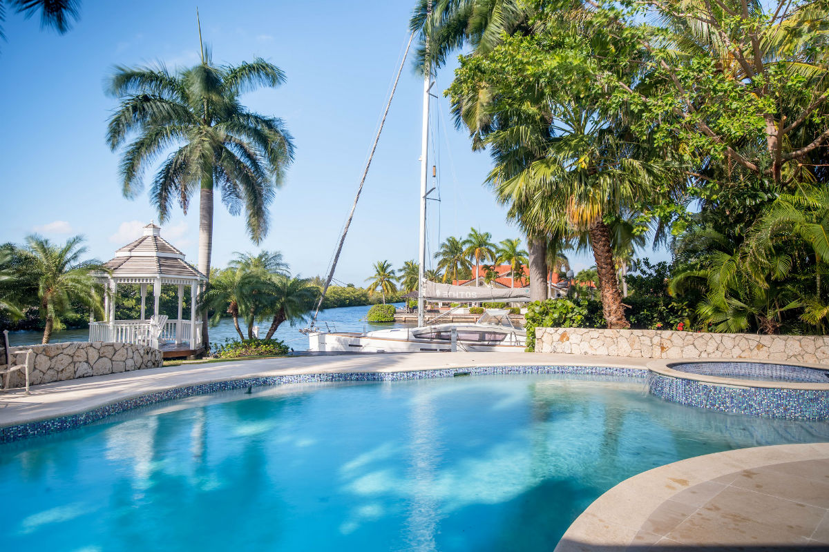 A prime waterfront escape, Calico Quay enjoys a prestigious location in the gated community of Canal Point, Grand Cayman.