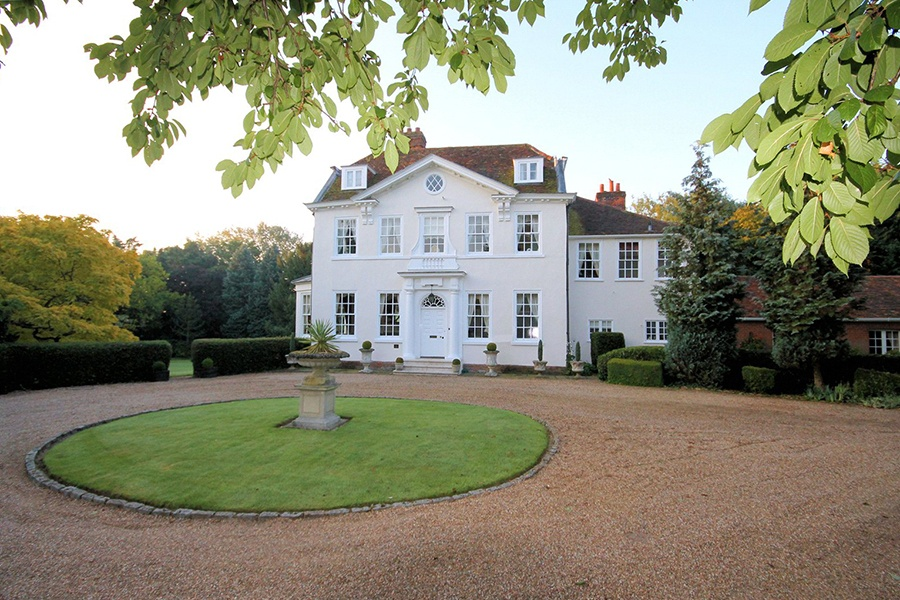 Located in the convenient Essex area, this elegant Georgian home offers easy access to London by train and to Chelmsford's own shopping, museum, and cathedral.