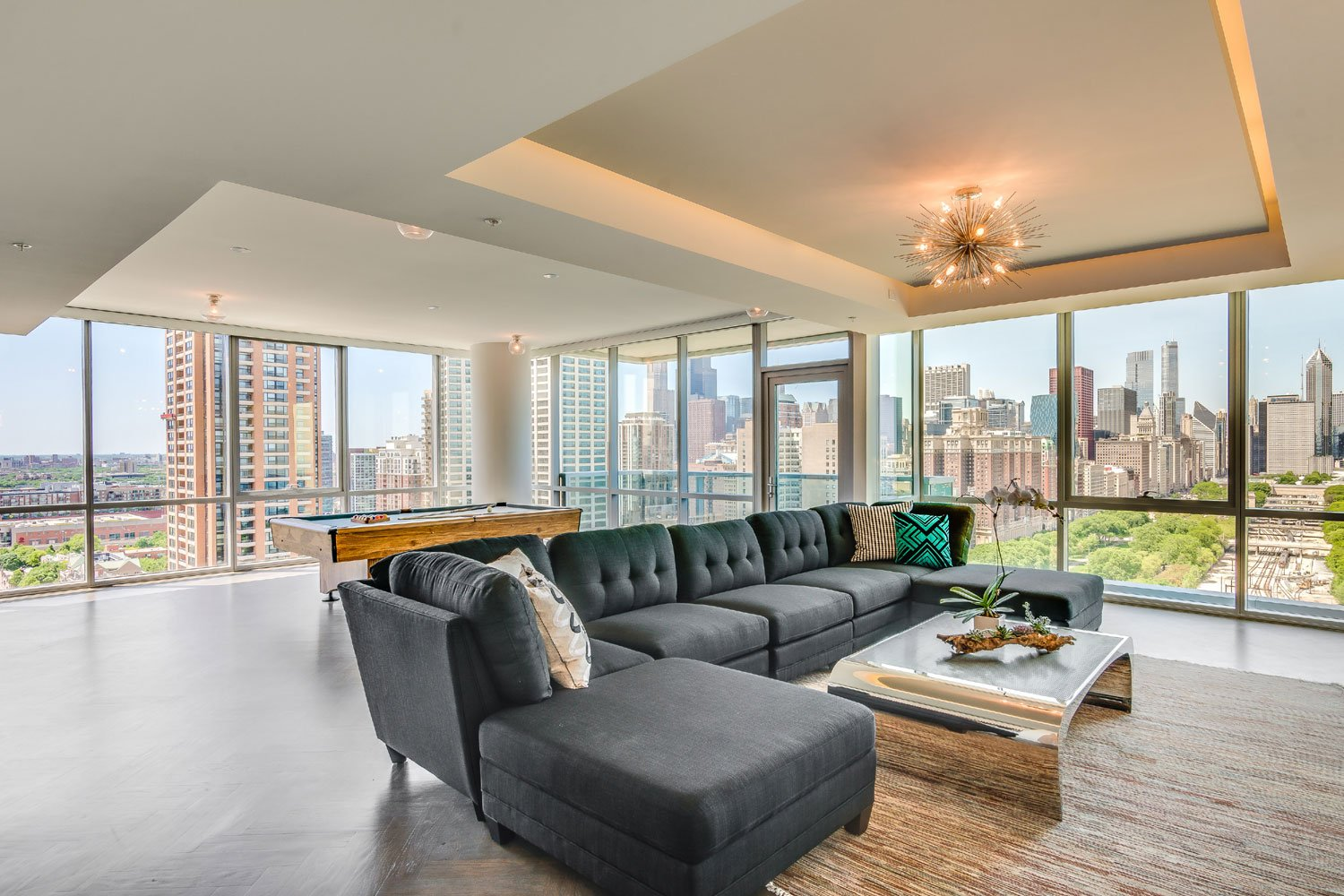 This ultra-luxurious residence takes in sweeping vistas of downtown Chicago and the natural beauty of nearby Grant Park and Lake Michigan, as well as such cultural assets as The Field Museum of Natural History.