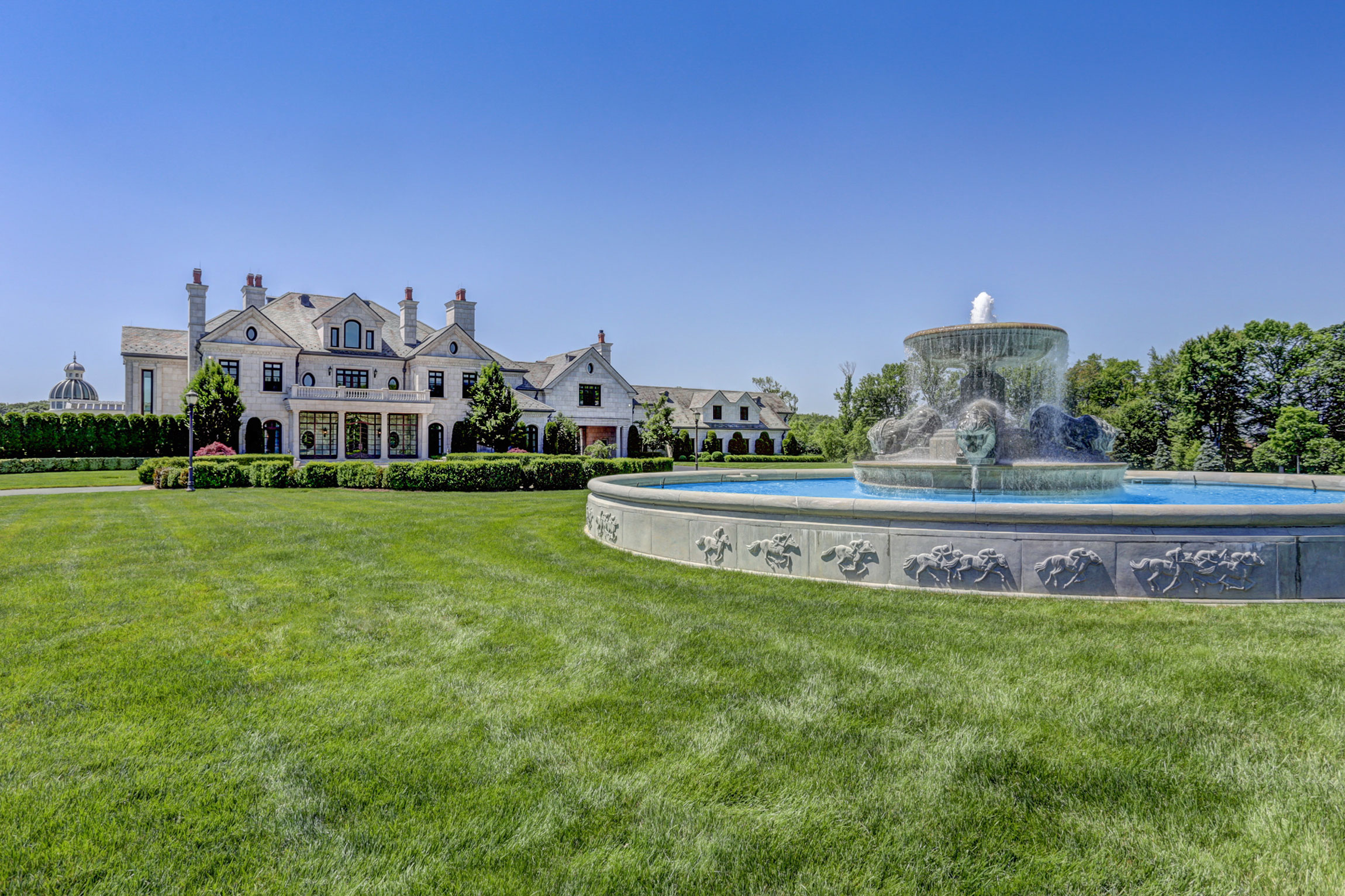 Discovery Stables is a world-class 160-acre horse farm and 25,000-square-foot manor house with resort-style amenities, in the heart of the Northeast horse racing industry.