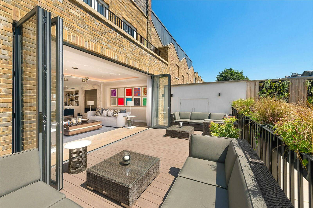 London's Notting Hill neighborhood is the fashionable setting for this elegant townhouse, which features a full-floor master suite with dressing room and built-in custom closets.