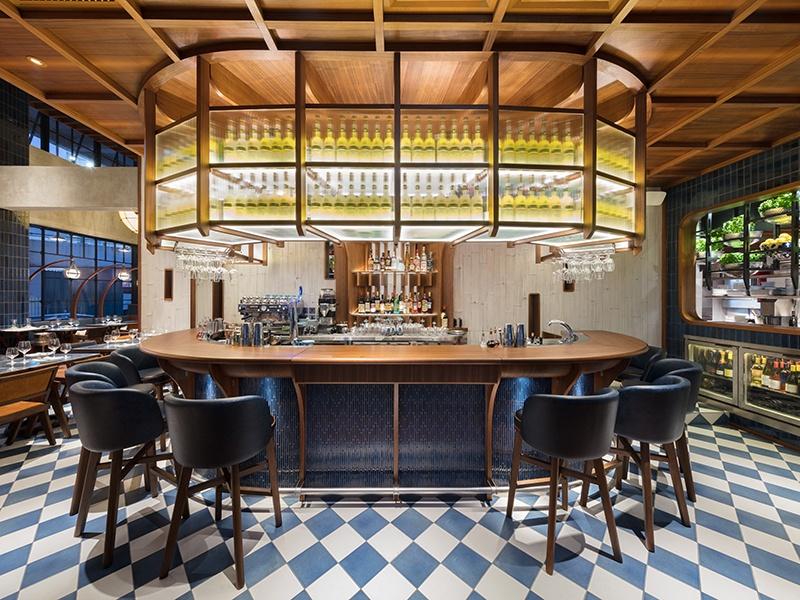 O bar e restaurante Osteria Marzia no The Fleming em Hong Kong reflete o elegante tema náutico encontrado em todo o hotel e é o local ideal para um coquetel antes de desfrutar de um jantar de inspiração italiana.