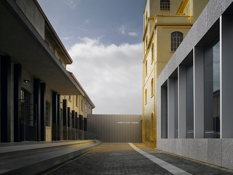 Fondazione Prada, located in a former industrial complex, features an unusual diversity of spatial environments, enabling the architectural spaces to work in tandem with the art within.