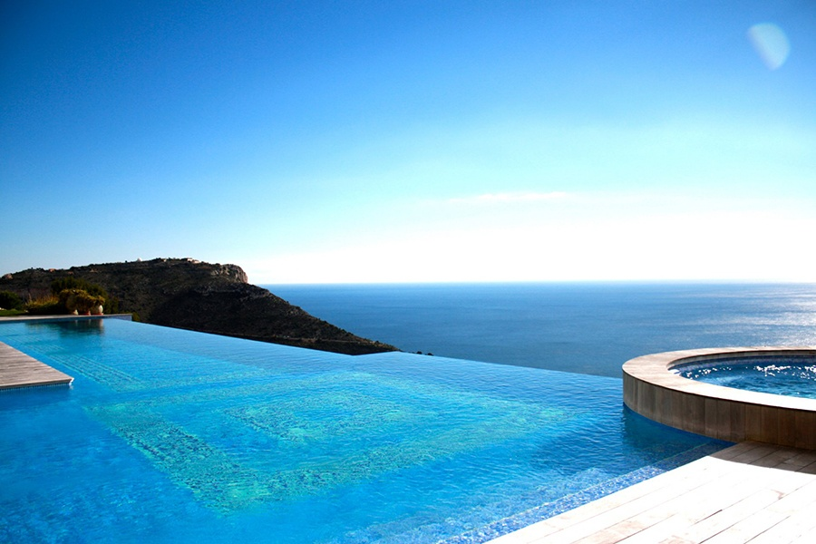 The stunning swimming pool and spa at this romantic Côte d'Azur estate overlook the the Mediterranean from a vantage point high in the hills.