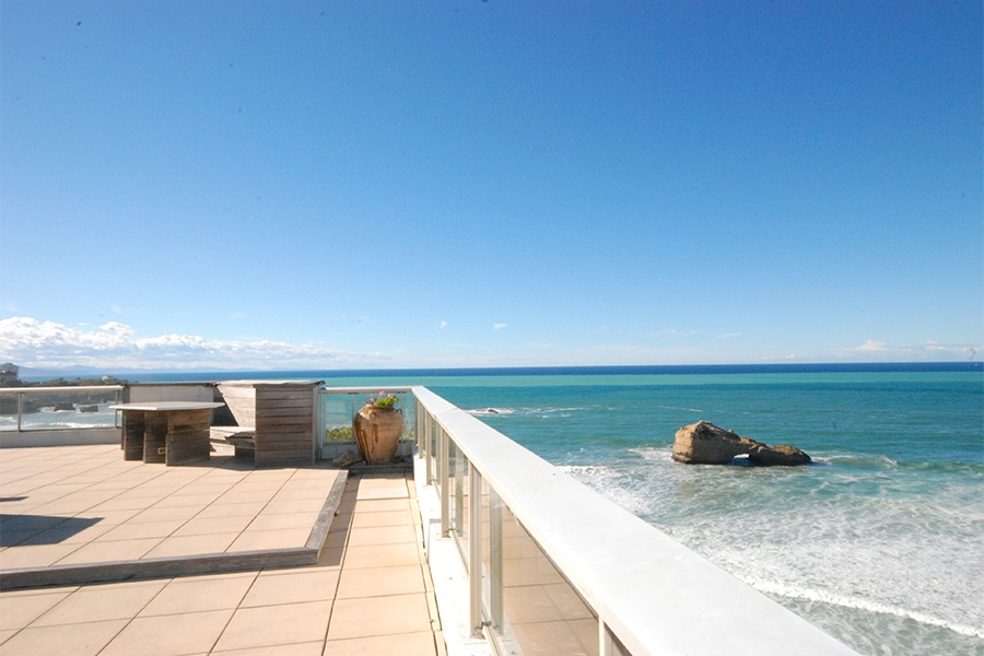 A spacious three-bedroom penthouse in the Miramar district of Biarritz presents panoramic views of the Atlantic ocean.