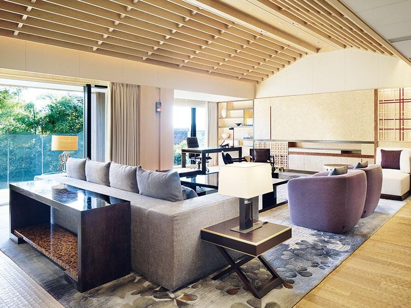 Dentro de um dos apartamentos elegantes e luxuosos do Four Seasons Hotel Residences em Kyoto, Japão, projetado pela Hirsch Bedner Associates, matriz da HBA Residential.