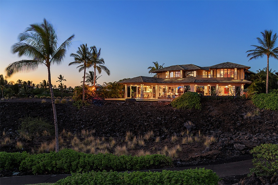 This spectacular open-plan residence in Kailua-Kona offers five bedrooms and a location close to Uluweuweu Bay and the Kukio Golf and Beach Club.