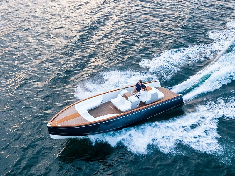 With Dasher, Hinckley has unveiled the world's first fully electric luxury yacht, powered by dual BMW i3 lithium ion batteries.