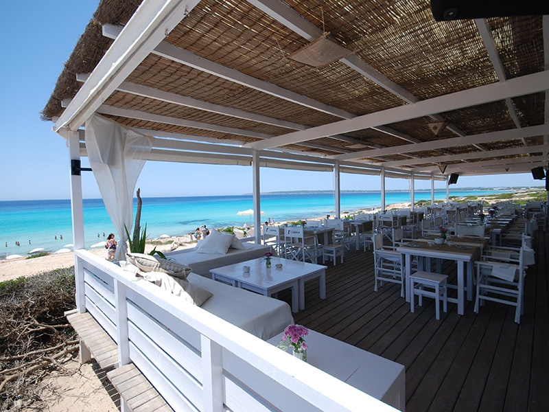 The numbers in 10 Punto 7 are actually coordinates; the secret lunch spot can be found at the 10.7th kilometer of Playa Migjorn on Formentera.
