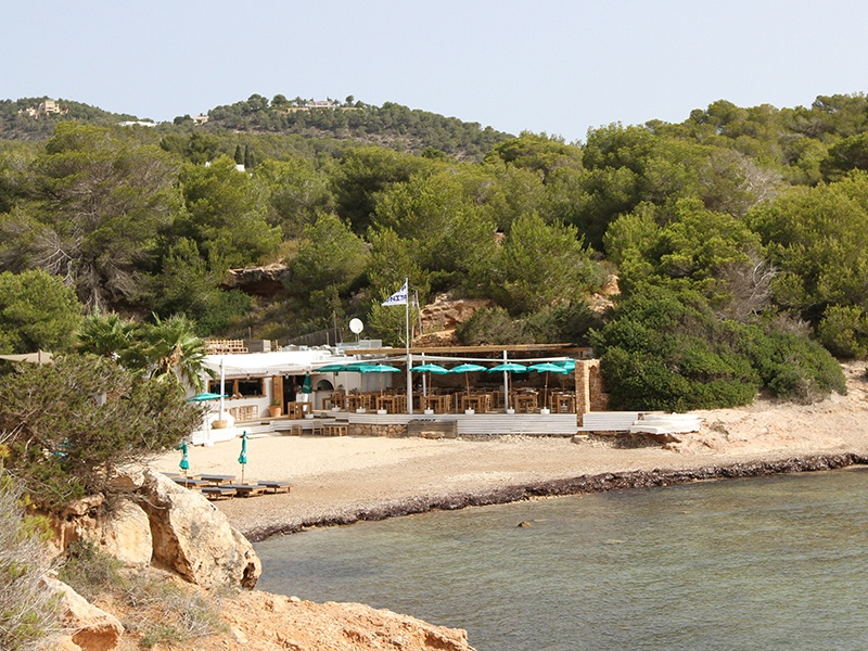 Nestled in an intimate cove and surrounded by rocky cliffs, lush foliage, and the glittering sea, Cala Bonita exudes an air of relaxed charm.