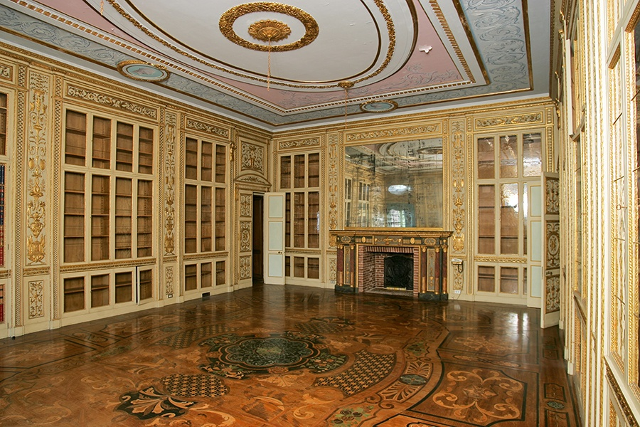 Castle Po has many exceptional examples of marquetry, the art of using different colored pieces of wood veneer to create patterns in floors or furniture.