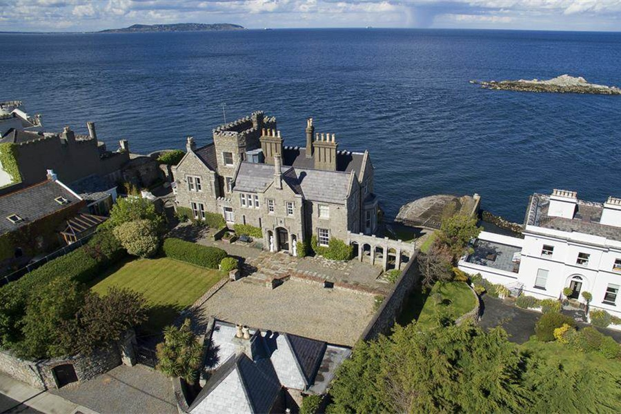 Less than 10 miles from Dublin and within walking distance to Dalkey town center, this castle has a private harbor that provides direct sea access.