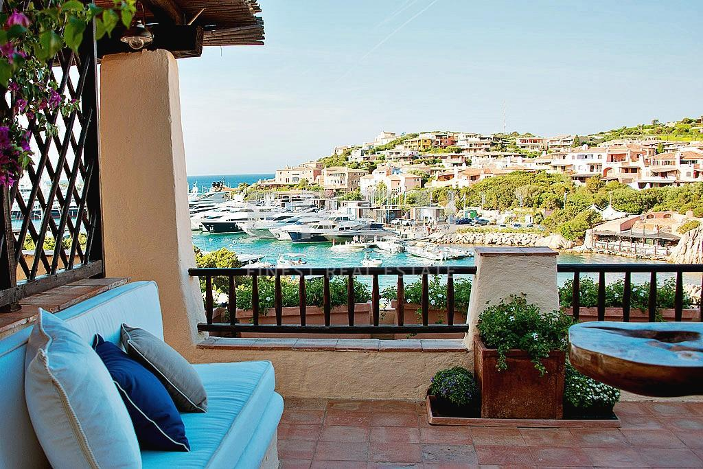Rustic intimacy characterizes this Porto Cervo penthouse that welcomes in the Sardinian shoreline.