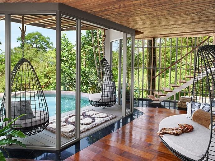 Keemala trabalha em harmonia com o meio ambiente, celebrando e protegendo a floresta que rodeia as suas vilas ecologicamente desenhadas.  A vista do deck da piscina privativa oferece a fuga perfeita e verde da vida da cidade.