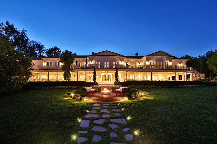 Designed in the 1930s, this glamorous Hollywood abode has 17 bedrooms and an interior as spacious as it is stylish.