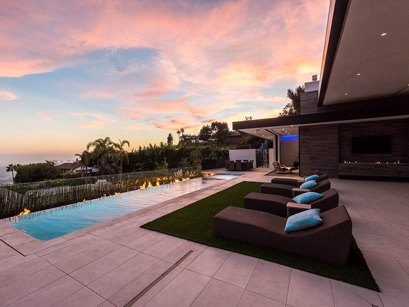 Soaring ceilings and walls of glass at 9200 Swallow Drive open up to stunning views of the ocean and Los Angeles city lights.