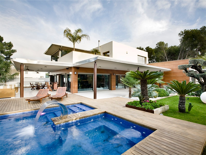 Set within one of the most exclusive developments in La Eliana, Valencia, this sleek modern property features a garden, swimming pool, and Jacuzzi, as well as a home automation system.