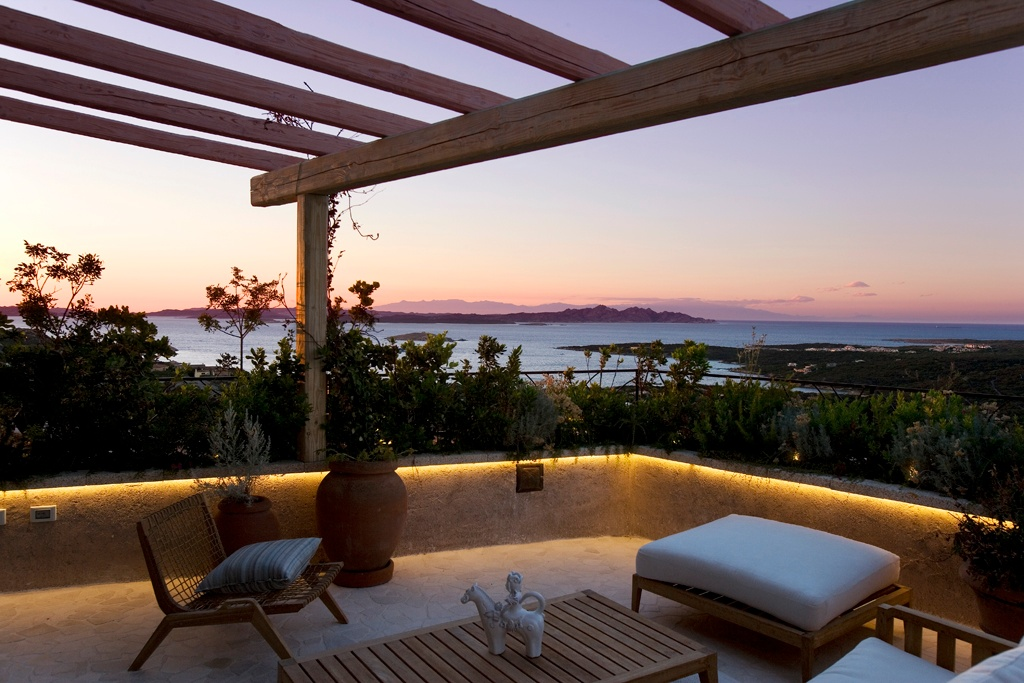 La Tiara di Cervo, in the glamorous Italian seaside resort of Porto Cervo, is a one-of-a-kind development overlooking its very own protected natural park including a forest, wild olive and juniper trees, nature trails, and natural granite sculptures.