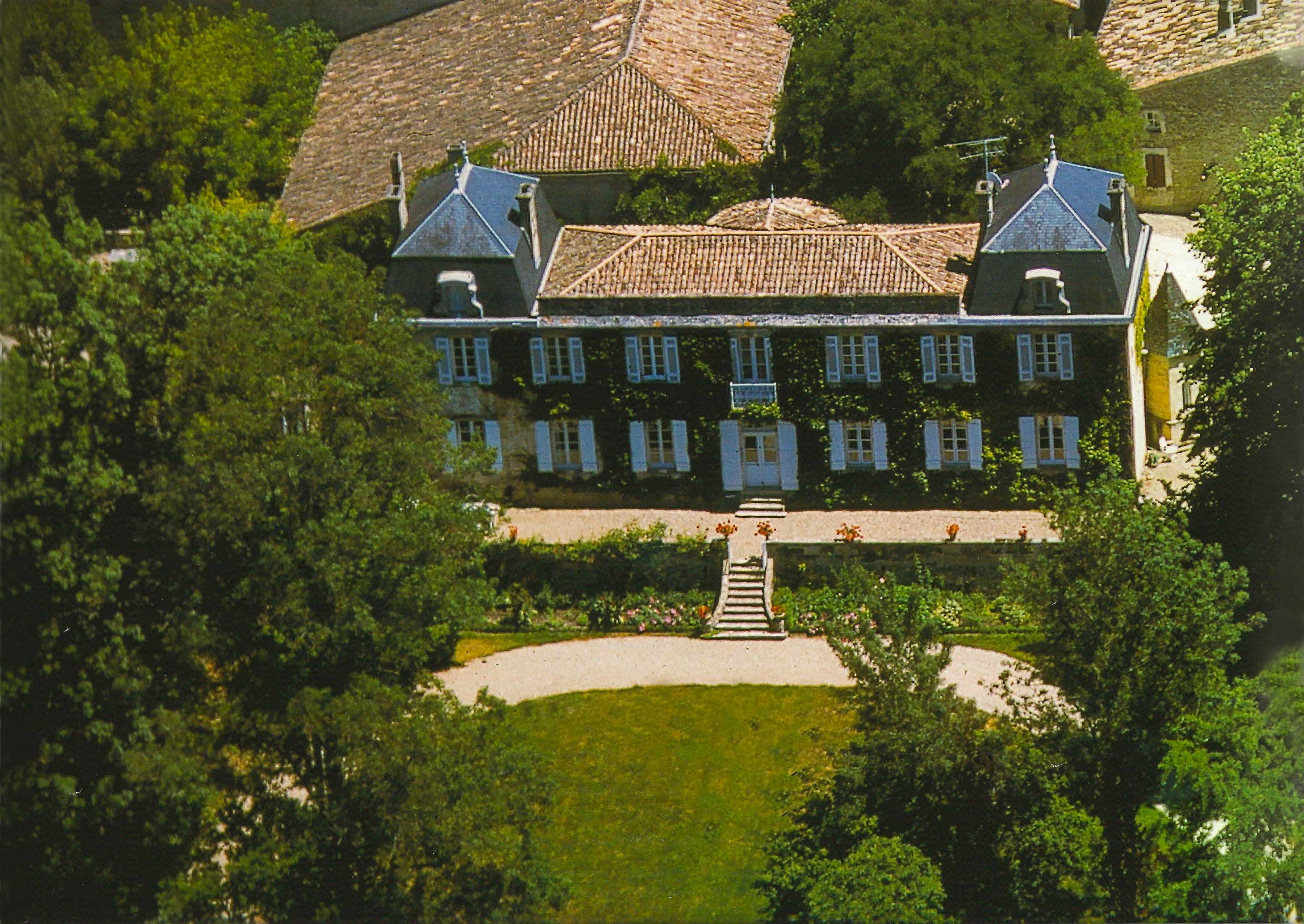 Château La Yotte, an archetypal vineyard estate in the AOC region of Loupiac, recently sold for €1,272,000 (US$1,560,492). The property includes a beautiful ivy-clad main residence, several dwellings, resort-style amenities, agricultural facilities, a wine-tasting area, and 11 hectares (27 acres) of land, ready for the new owner to replant.