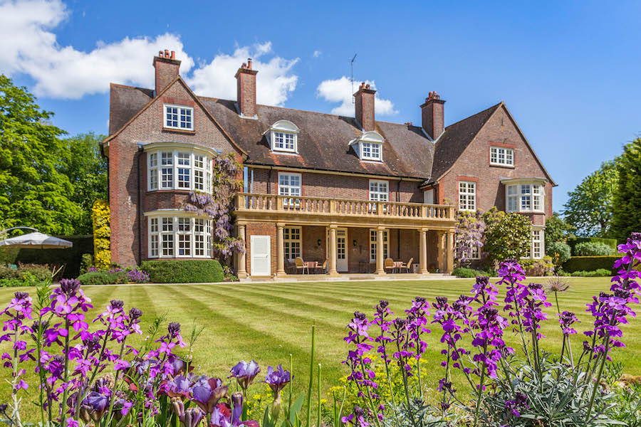 This Edwardian manor demonstrates the return to Neoclassical symmetry, reimagined on a more comfortable scale, that typified the early-20th-century English style.