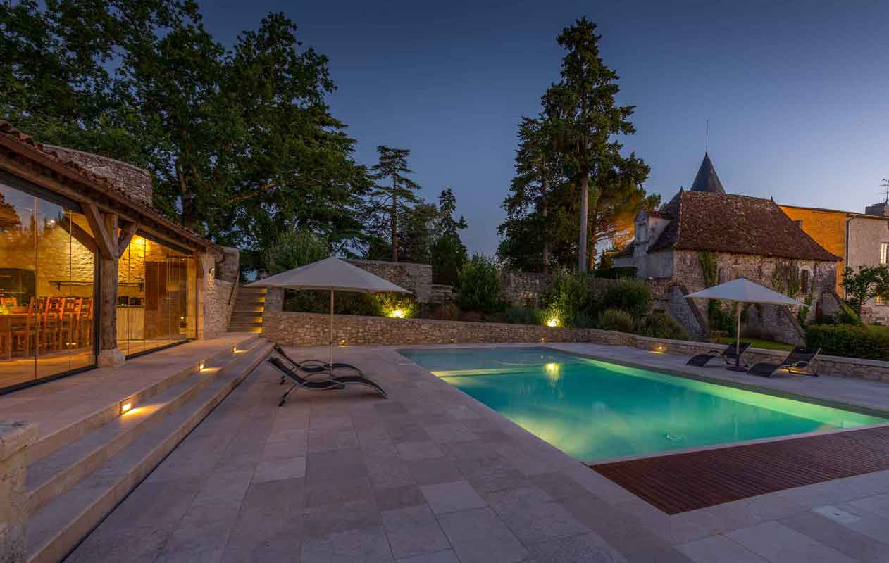 This vineyard with a main residence, outbuildings, and a pool, has just come onto the Bordeaux property market.