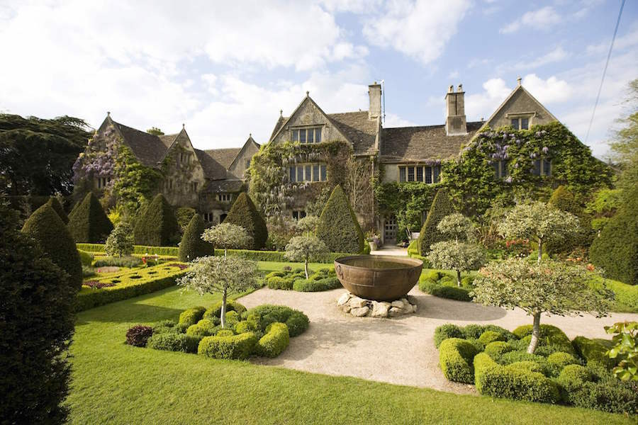 This Grade I-listed stone Tudor home overlooking the River Avon boasts world-famous gardens and features a hall and fireplace from the late 13th century.