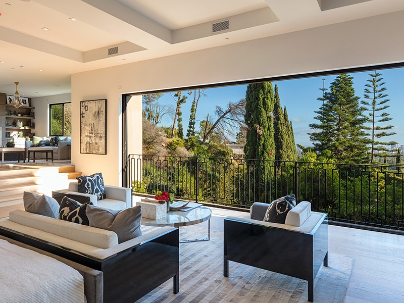 The minimalist property is set behind a private gated driveway, and enjoys exceptional views over the city and ocean. On the market with Hilton & Hyland Real Estate, the exclusive affiliate of Christie's International Real Estate in the region.