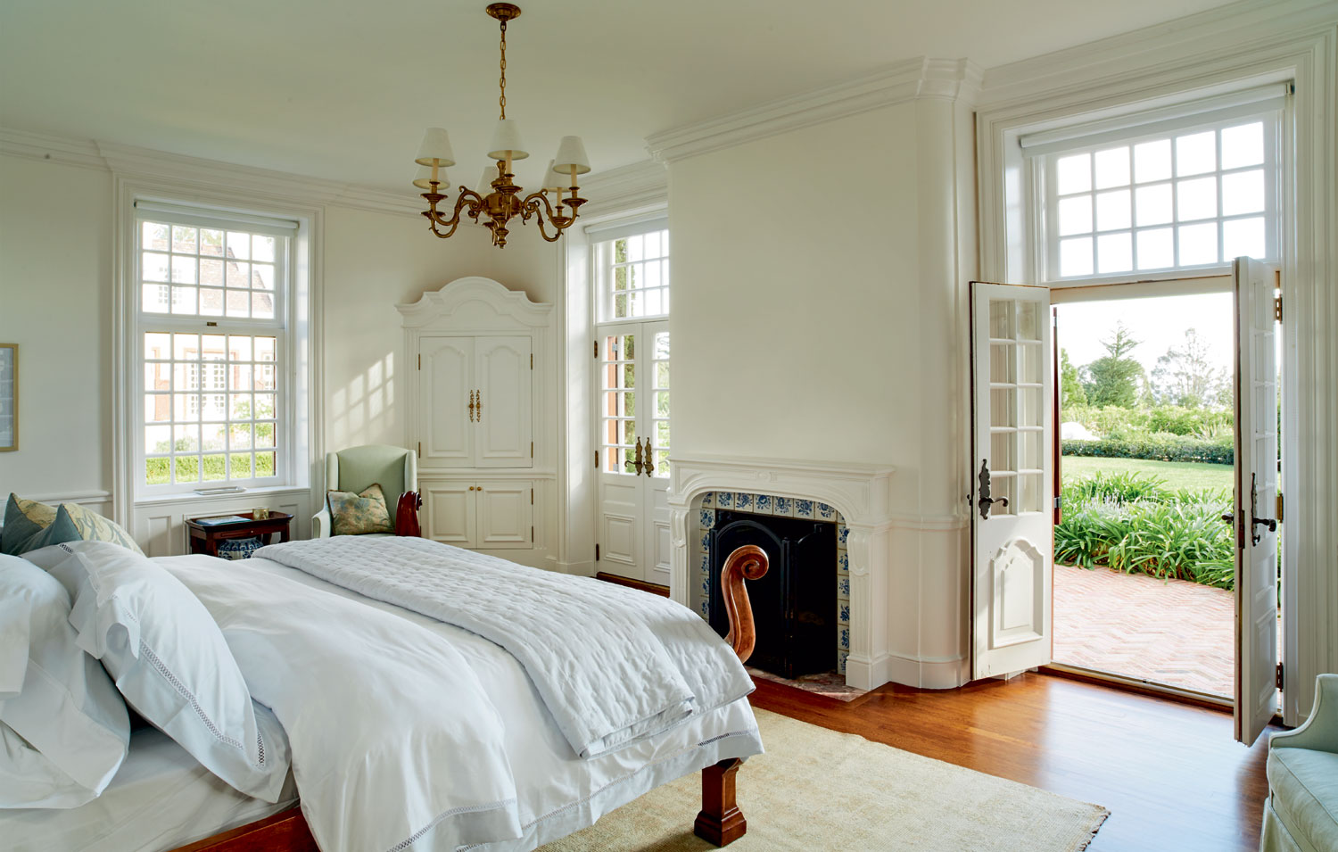 Traditional mahogany paneling, fireplaces, and finishes dovetail seamlessly with contemporary comforts.