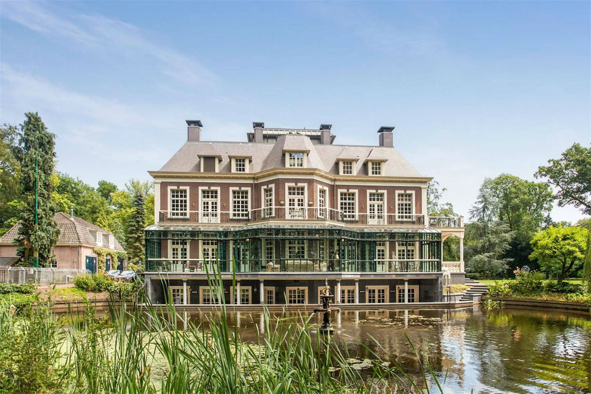 This countryside idyll offers a tranquil waterfront setting near the historic heart of Amsterdam.
