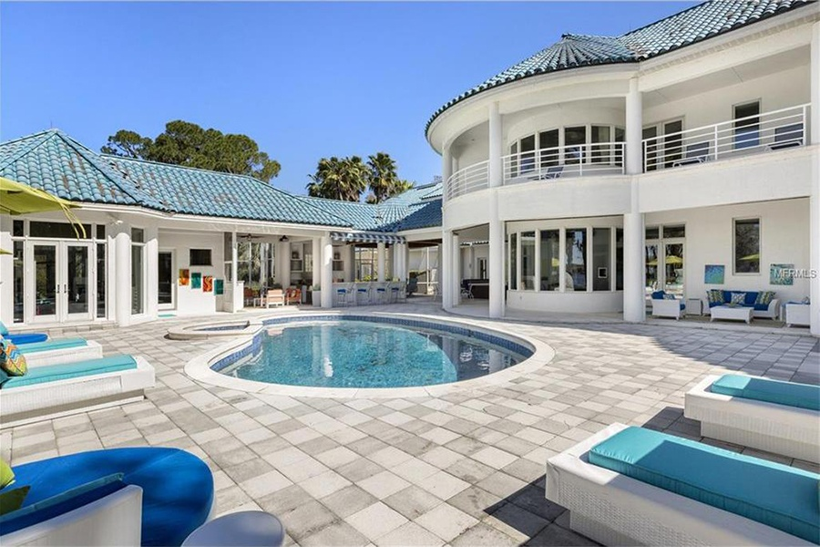 This lakefront luxury home is owned by Cincinnati Reds loyalist and Cincinnati native Barry Larkin, one of Major League Baseball's great shortstops and a National Baseball Hall of Famer.