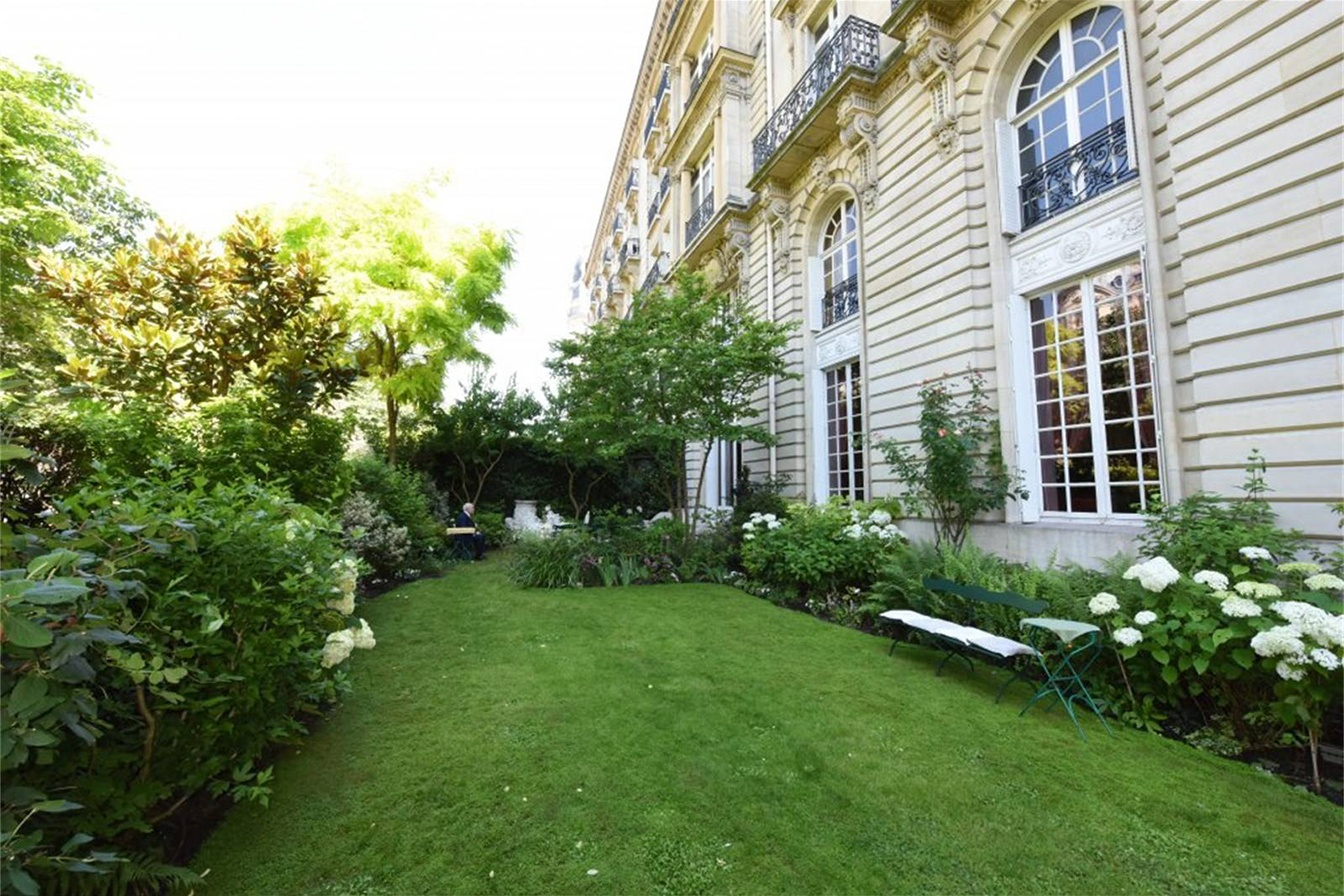 This Napoleon III-style residence is situated in a grand limestone building in the 16th arrondissement of Paris.