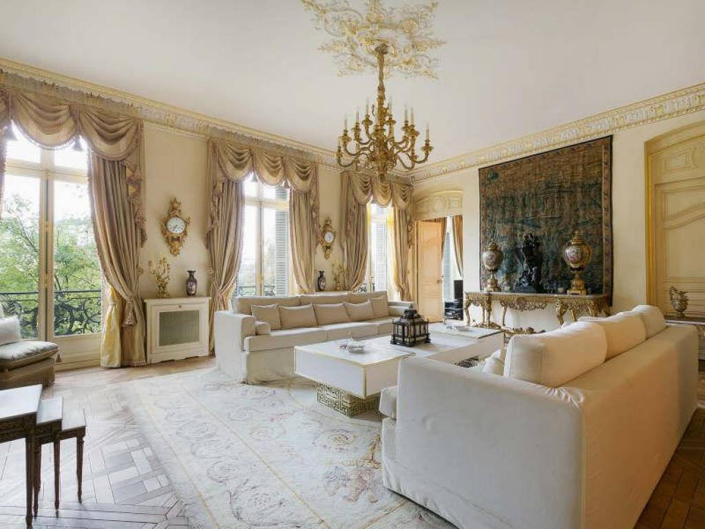 <b>4 Bedrooms, 3,299 sq. ft.</b><br/>Exceptional 4-bedroom apartment in the capital's Golden Triangle, with Eiffel Tower views